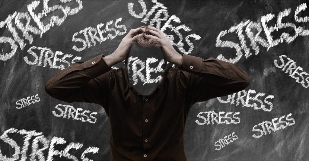 Stress kann für den Trader zur realen Bedrohung werden. Nicht nur, dass unter Stresseinwirkung das Tradingkonto regelmäßig dezimiert wird, auch drohen ernsthafte gesundheitliche Schäden, wenn der Stress und dauerhaft erhöhte Cortisollevel chronisch werden.